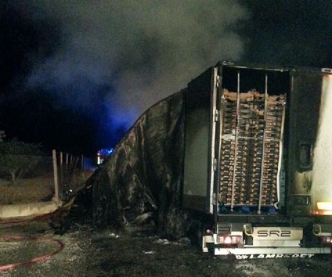 Quattro Tir incendiati a Vittoria, un autista grave per le ustioni
