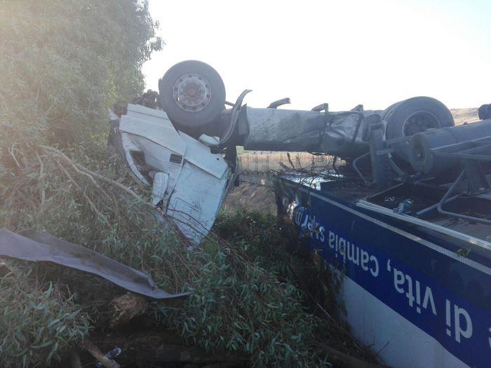 Enna, volano per 40 metri in una scarpata con il Tir: padre e figlio illesi