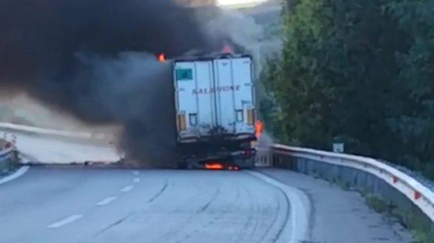 Tir in fiamme in autostrada, chiuso tratto della A19 vicino ad Agira