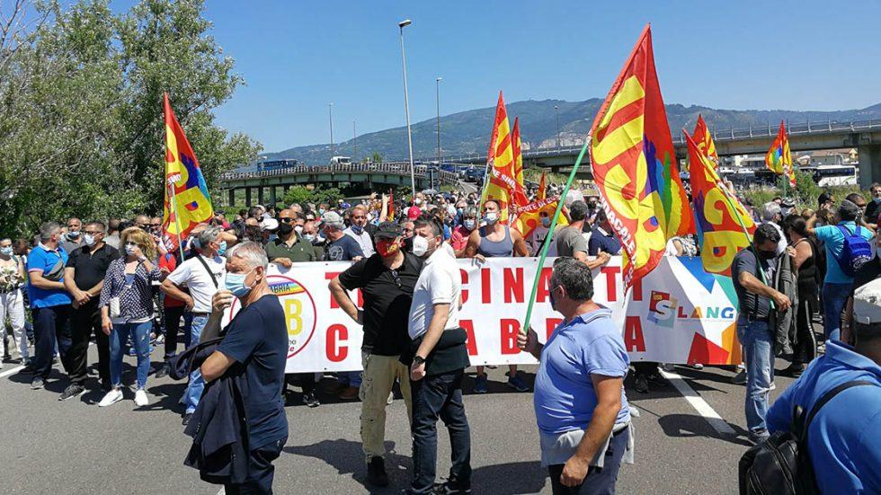 Tirocinanti bloccano la strada per l'aeroporto di Lamezia