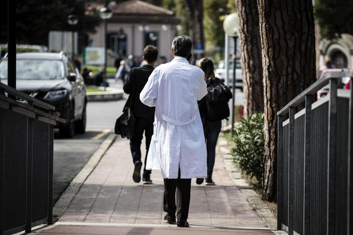 Violenze sessuali sugli uomini, arrestato medico dell'ospedale di Tivoli