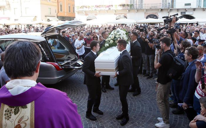 Brescia dà l'ultimo addio a Nadia Toffa, ai funerali anche una delegazione arrivata da Taranto