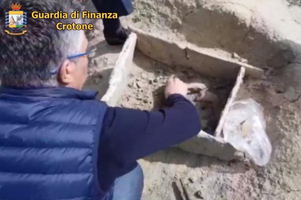 Archeologia: tomba dell'età del bronzo scoperta a Crotone