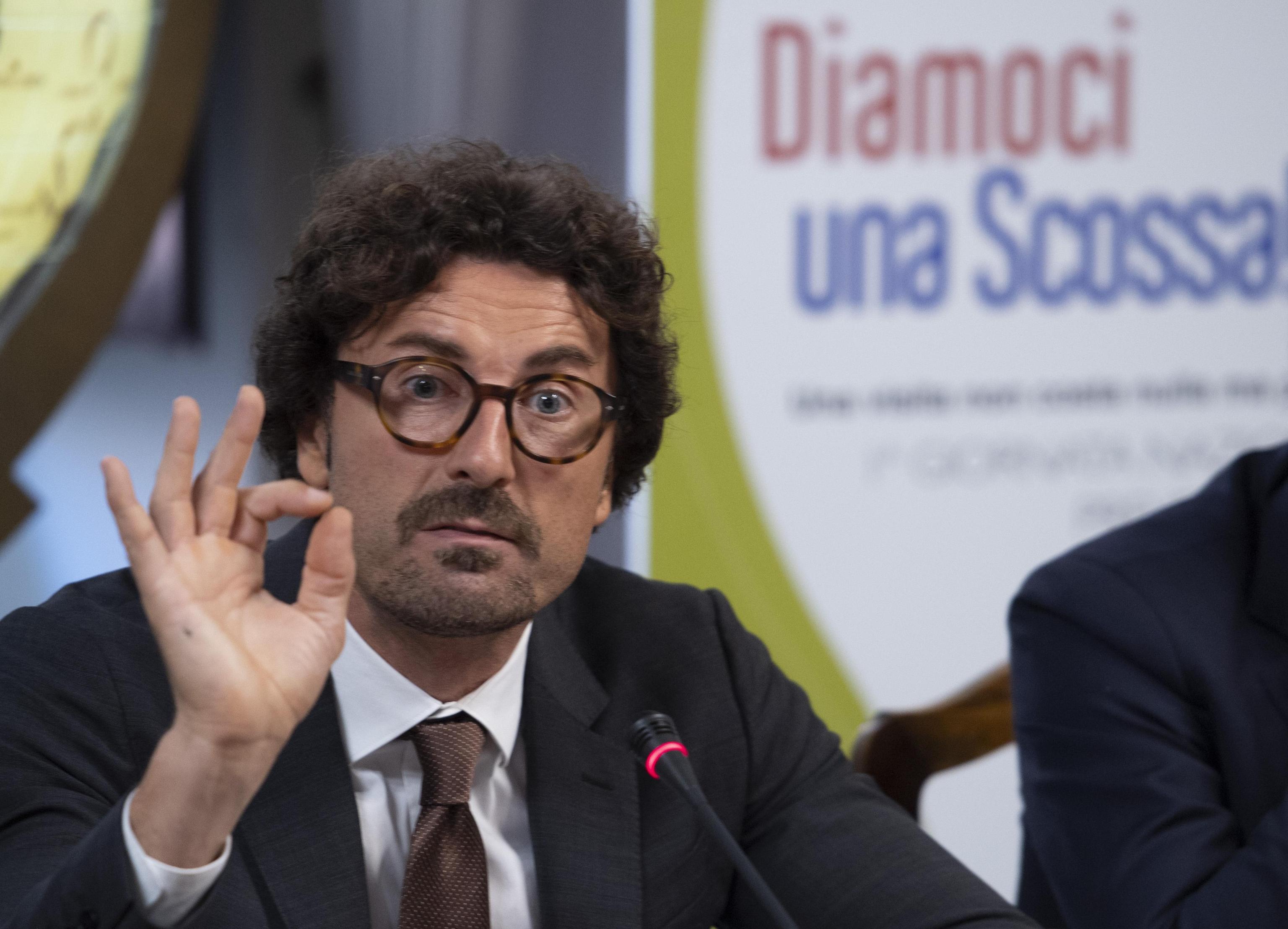Il ministro Toninelli torna in Sicilia: andrà alle Capitanerie di Augusta e Gela