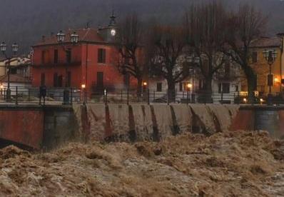 Esonda il Po a Torino, accesso vietato ai pedoni al Borgo Medievale