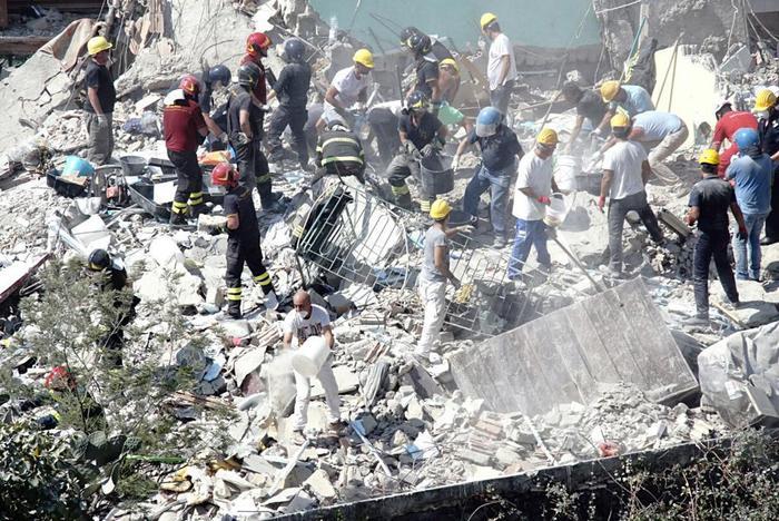 Il crollo della palazzina a Torre Annunziata: tre morti e cinque dispersi