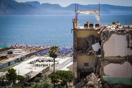 Il crollo a Torre Annunziata, avvisi di garanzia ai proprietari della palazzina