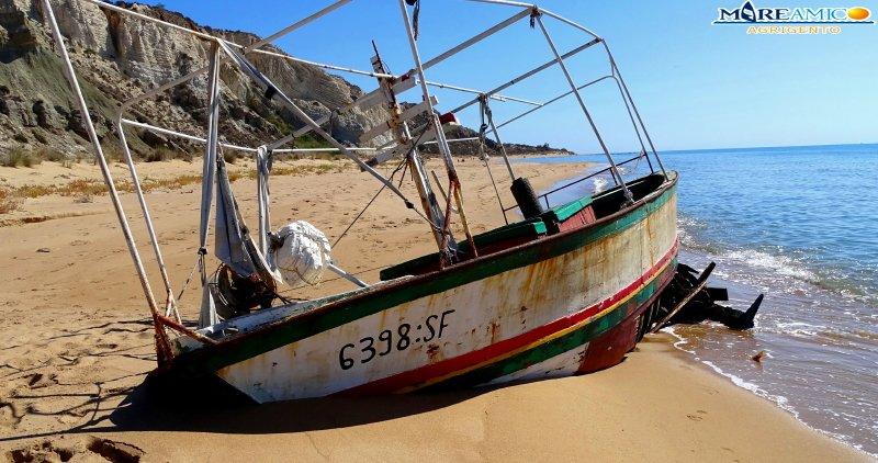 Agrigento, ambiente: relitti di barche nella riserva naturale di Torre Salsa