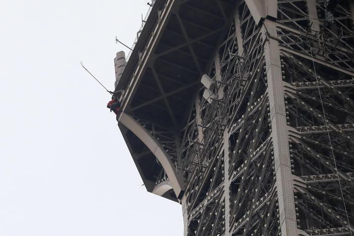 Parigi, evacuata  la  Tour Eiffel: uomo minaccia di suicidarsi