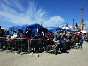 Sbarcati a Trapani duecento migranti, ci sono 30 bambini da soli