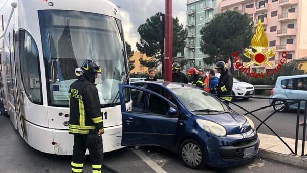 Palermo, scontro tra un'auto e una vettura del Tram: danni alla linea 4