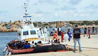 Migranti: trasferiti in 130,restano 483 persone nell'hotspot di Lampedusa