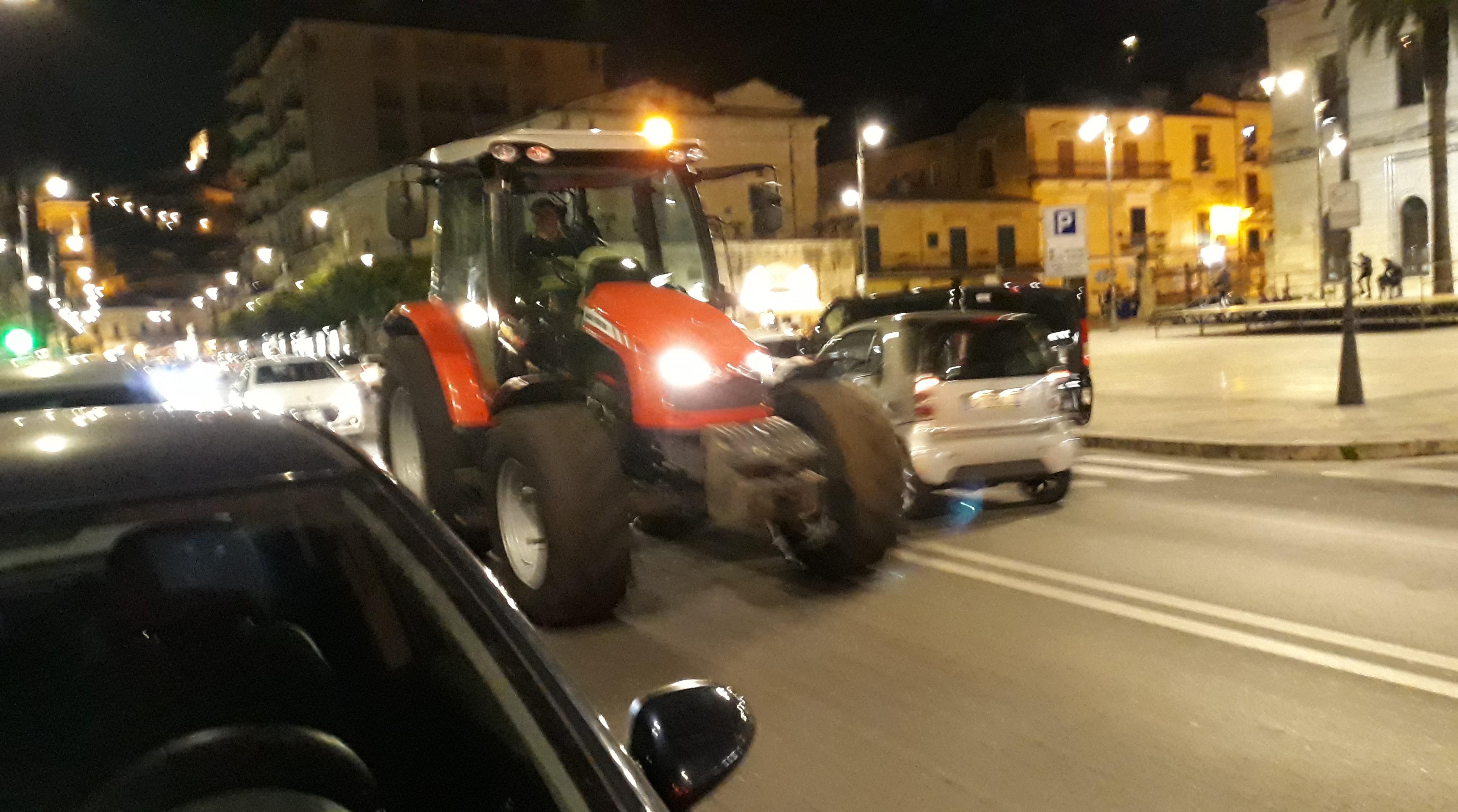 Modica, trattori e camion in centro: sono in pochi a rispettare il divieto