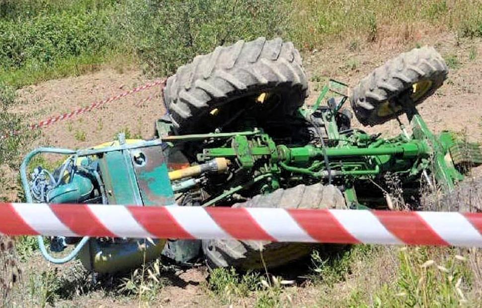 Si ribalta il trattore, muore schiacciato a Falerna