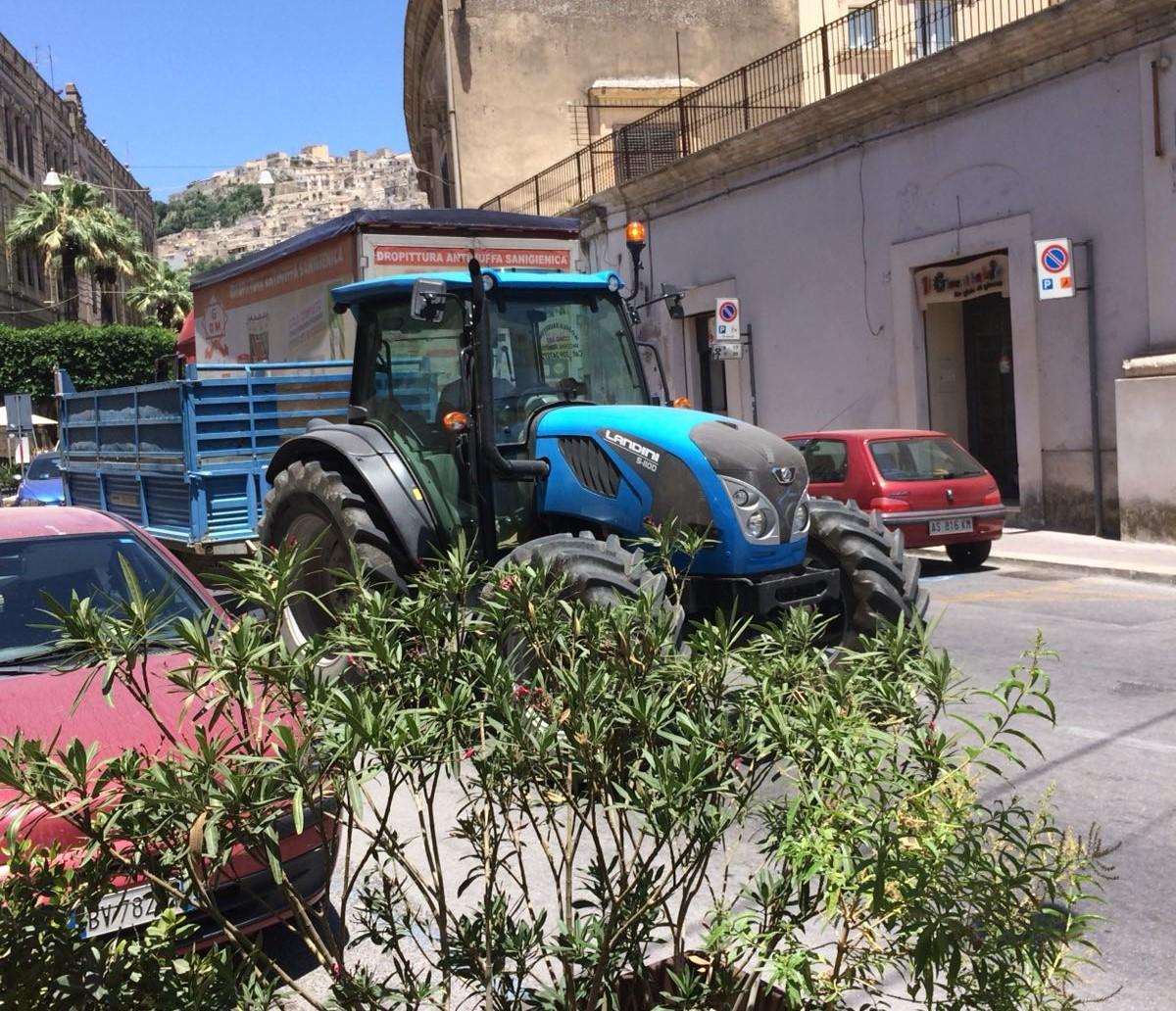Modica, anche trattori e Tir nel centro storico in barba ai divieti