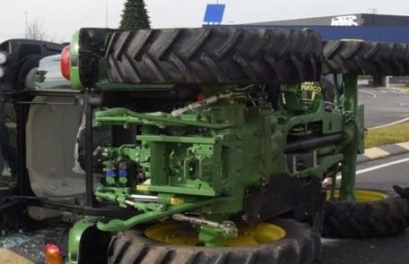 Modica, trattore si ribalta al Mauto: ferito il conducente