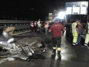 Perde il controllo dell'auto  e vola da un viadotto della Palermo - Catania