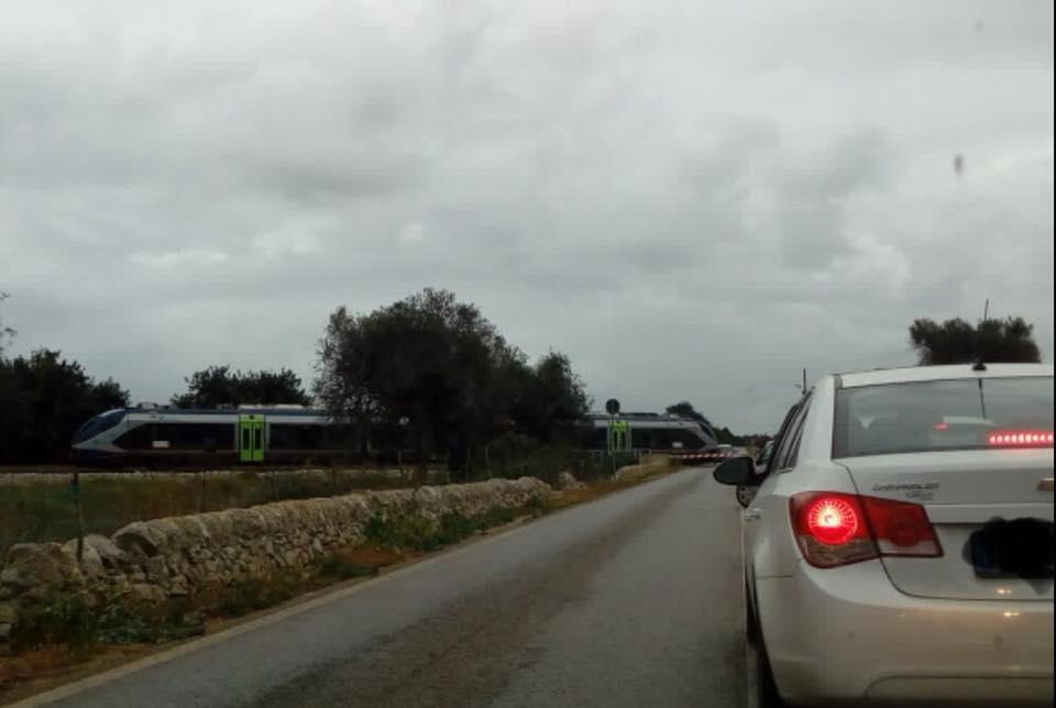 Sbarre alzate anche quando passa il treno, caos a Cassibile