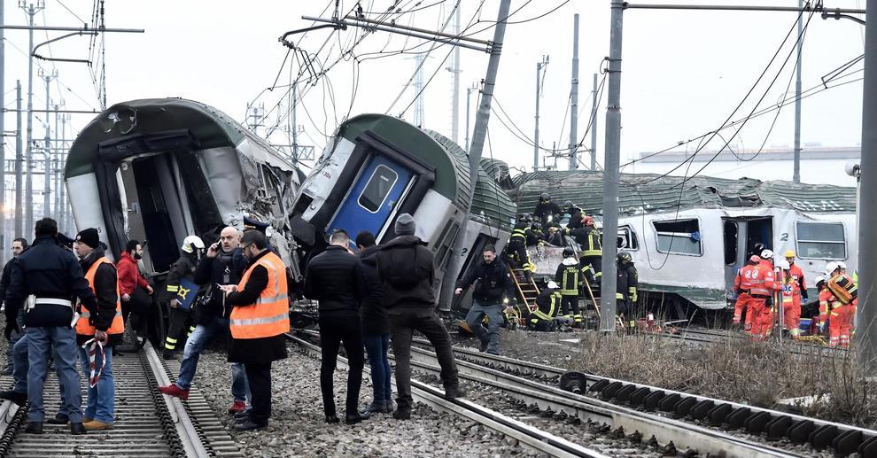 Deraglia un treno alle porte di Milano: 3 morti e 45 feriti
