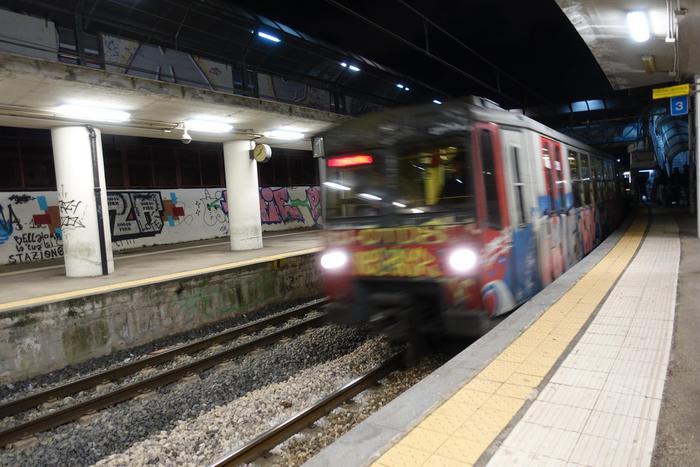 Ancora un guasto al treno, passeggeri a piedi sui binari della Napoli - Sorrento