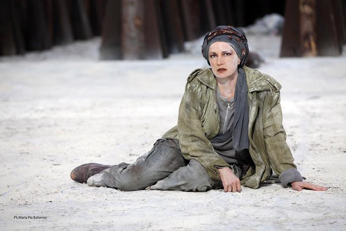 Spettacoli classici a Siracusa, Troiane sullo sfondo di in bosco morto