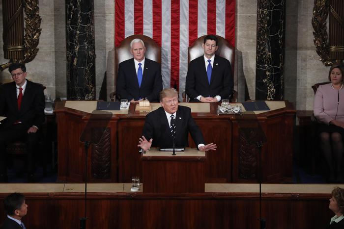 Trump si presenta al Congresso con nuovo look: taglio alle tasse