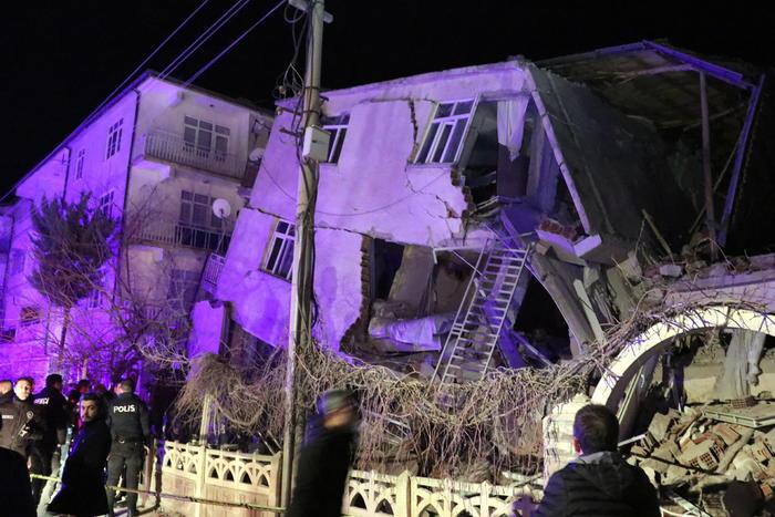 Scossa di terremoto in Turchia di magnitudo 6.8: 26 morti e 44 estratti vivi dalle macerie