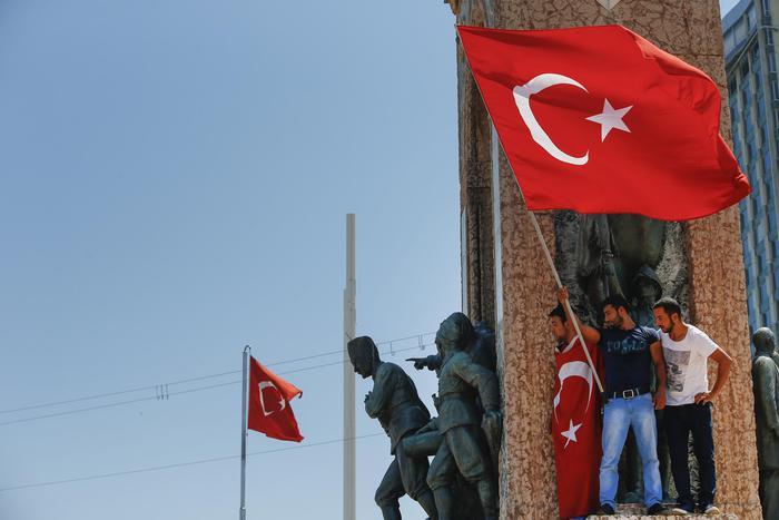 Purghe di massa in Turchia, via rettori, insegnanti e Imam