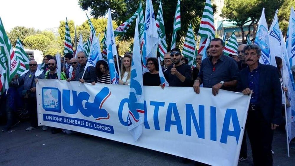 Sit - in davanti la prefettura di Catania dei lavoratori Cambria