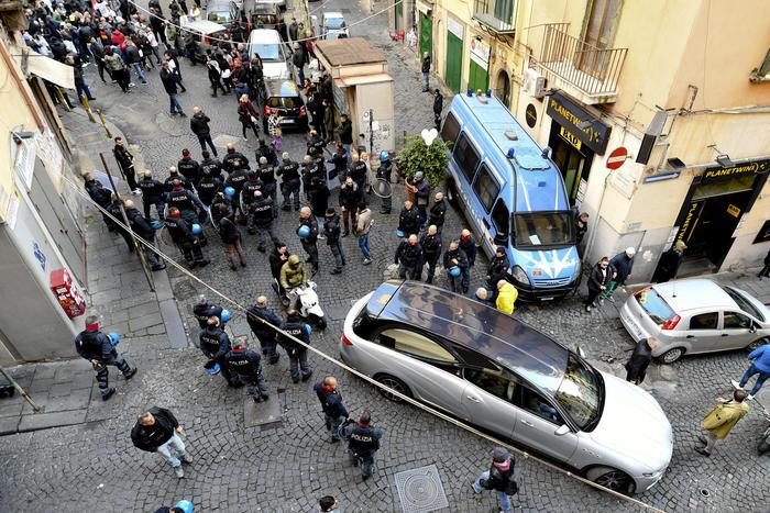 Fermato corteo funebre a Napoli, tensioni ai funerali di Ugo