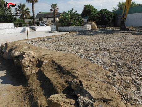 Abusivismo, demoliti manufatti a Crotone: area sequestrata