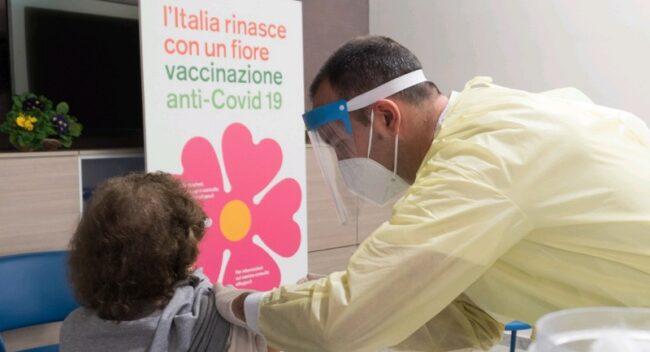 Vaccino, Razza: in Sicilia fascia tra 40 e 60 anni al rallentatore, serve fare di più