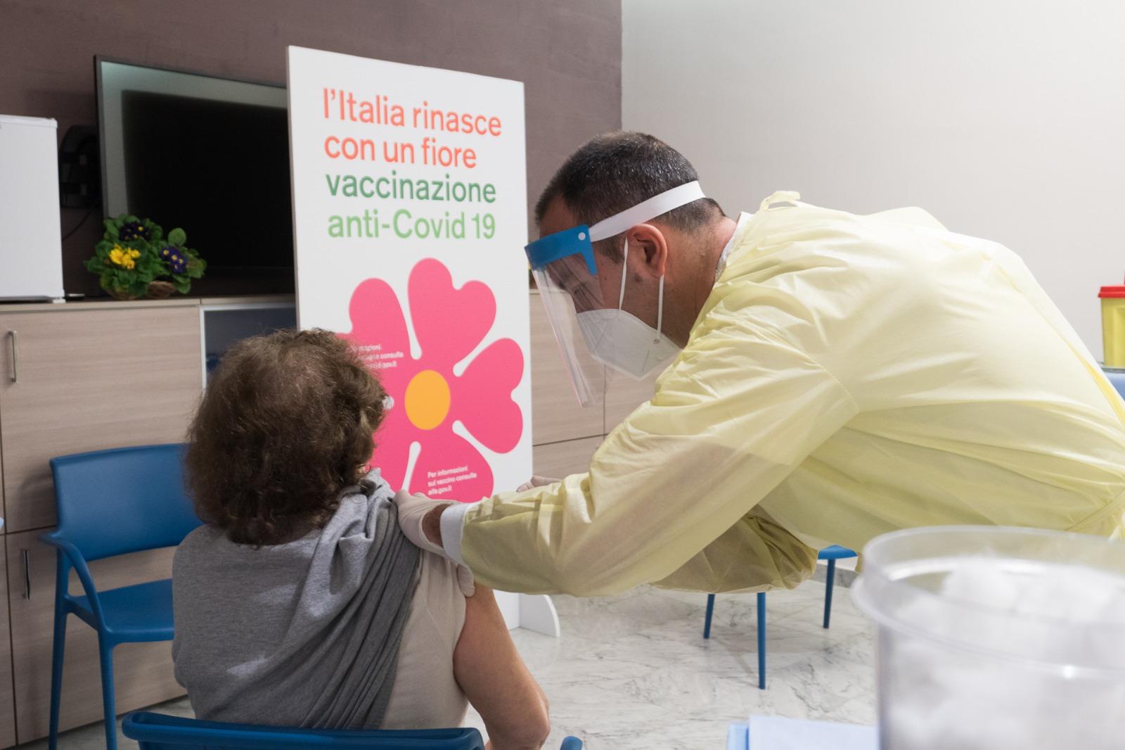 Vaccinazioni in Sicilia, aperte le prenotazioni per soggetti fragili