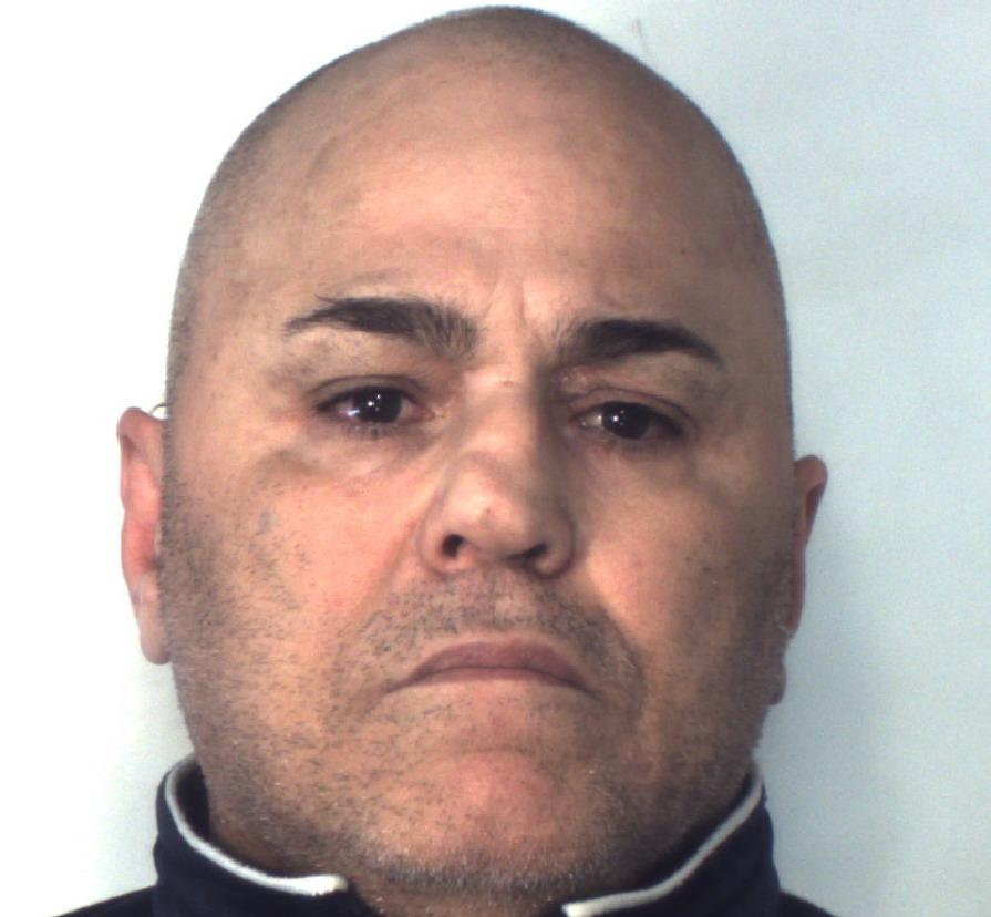 Spacca la vetrina e ruba prodotti per 1.500 euro, arresto a Catania