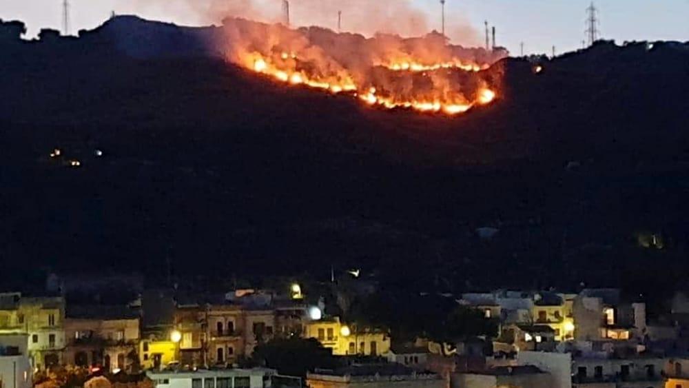 Sei ore di lotta contro il fuoco per salvare alcune villette ad Aci Castello