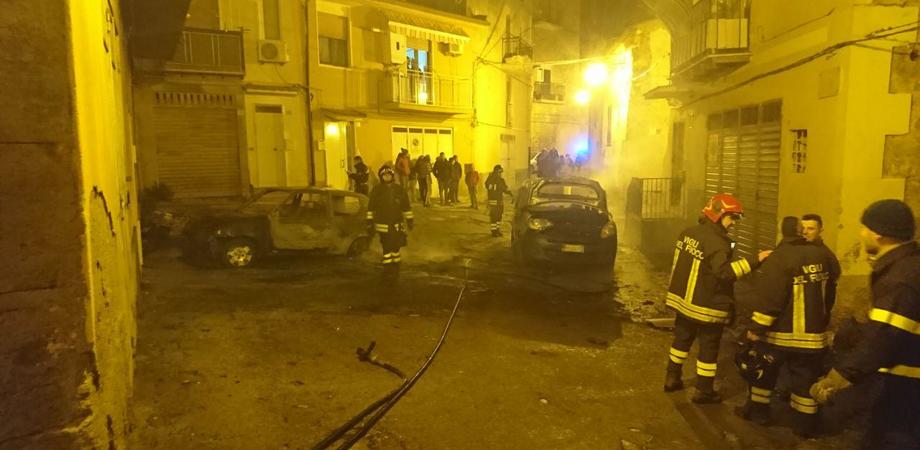Incendiate 7 auto e una moto in due giorni a Caltanissetta
