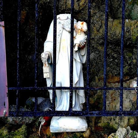 Vandali nel Vibonese, decapitate statue Madonna e del Bambino