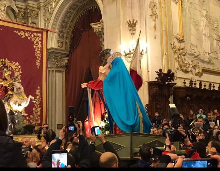 Modica: la Madonna Vasa Vasa, San Giorgio e i turisti felici