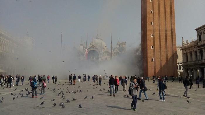 Rapinatori lanciano fumogeni, paura in piazza San Marco a Venezia