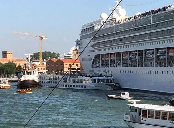 Incidente a Venezia, nave da crociera 'Opera' di Msc tampona un battello: 4 feriti