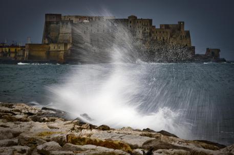 Napoli nella morsa del vento, molti gli interventi dei vigili del fuoco
