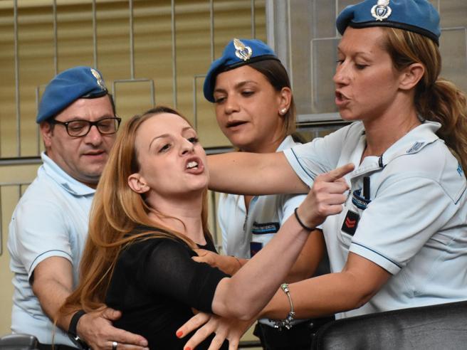 Veronica torna a Ragusa per un altro processo: calunniò il suocero Andrea Stival