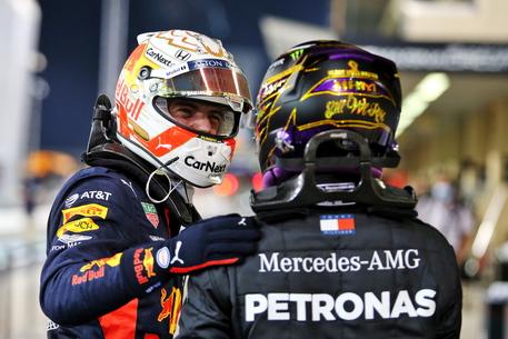 Formula 1, Verstappen sfreccia ad Abu Dhabi: nel Gran Premio Ferrari nell'ombra