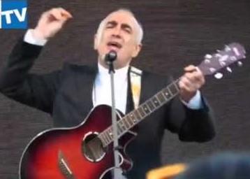 Giubileo dei giovani, il vescovo di Noto sale sul palco con la chitarra e canta