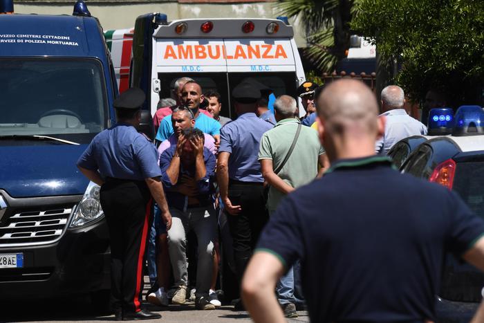 Lancia la figlia di 16 mesi dal secondo piano e poi si getta: tragedia a San Gennaro Vesuviano