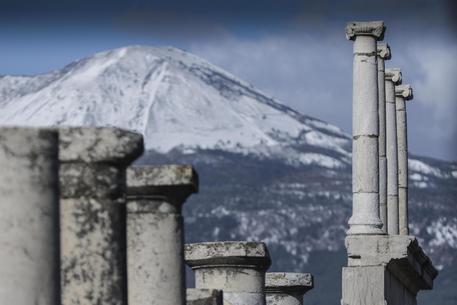 Neve anche a Napoli, il Vesuvio completamente imbiancato