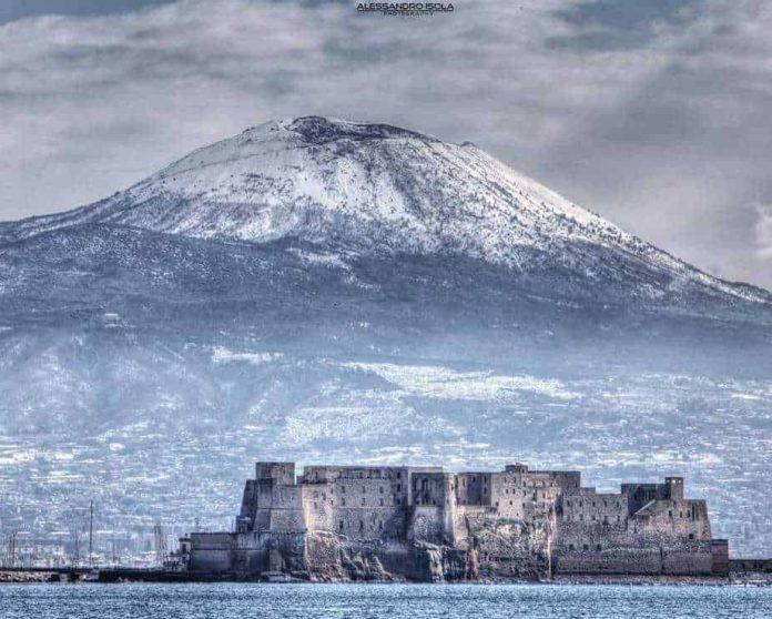 Maltempo, il Vesuvio ricoperto di neve: calo delle temperature e pioggia