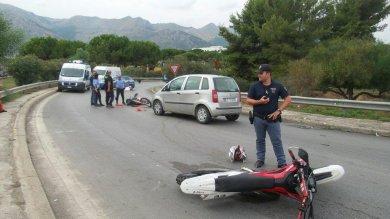 Palermo, non si fermano all'alt della polizia e restano vittime di un incidente