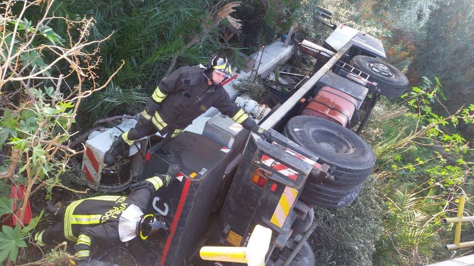 Enna, camion vola dal viadotto della A19: due persone restano ferite