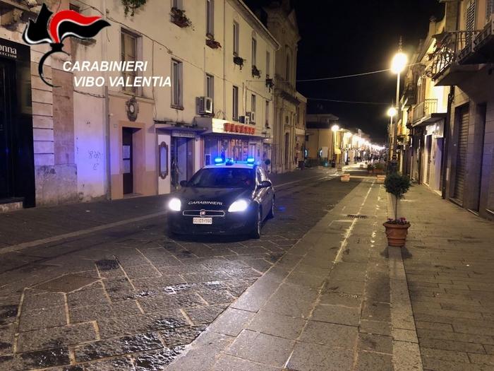 Giravano con coltelli a serramanico: 3 arresti a Vibo Valentia